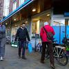 Nederland, Amsterdam, Javastraat, Insische buurt, winkelende mensen bij de ingang van Albert Heijn, 24 februari 2018, foto: Katrien Mulder