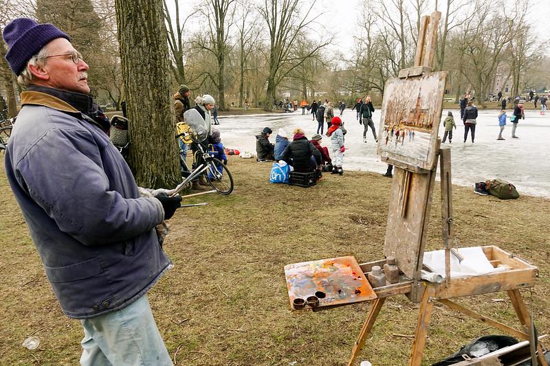 Nederland, Amsterdam, kunstschilder Louis Visser schildert schaatstaferelen in het Oosterpark,  3 maart 2018, foto: Katrien Mulder