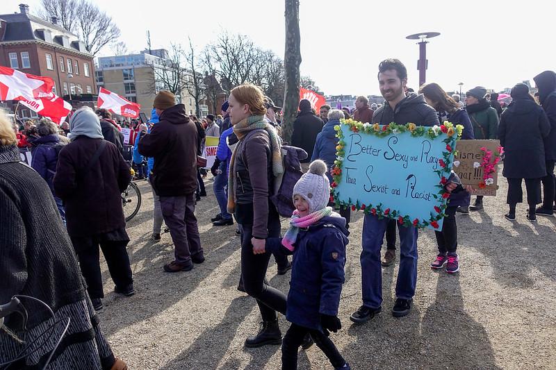 Nederland, Amsterdam, 18 maart 2018, anti-racisme demonstratie, met deelnemers als AFA, NCPN, bij1, de Piratenpartij, Droen Linksen diverse andere linkse organisaties. De demonstratie was omstreden omdat die aanvankelijk vooral gericht was tegen  deelname van Forum Voor Democratie aan de verkiezingen van de Gemeenteraden, en vooral tegen lijsttrekker Annabel Nanninga, foto: Katrien Mulder