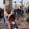 Nederland, Amsterdam, 26-03-18, fietsers en voetgangers steken over op kruising Prins Hendrikkade en Nieuwe zijds Voorburgwal, foto: Katrien Mulder/Hollandse Hoogte