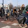 Nederland, Amsterdam, 26-03-18, fietsers   steken over op kruising Prins Hendrikkade en Nieuwe zijds Voorburgwal, foto: Katrien Mulder/Hollandse Hoogte