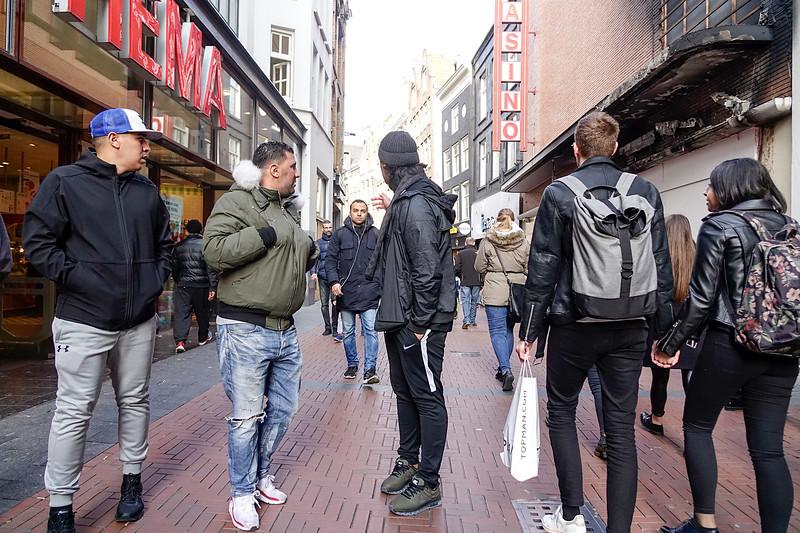 Nederland, Amsterdam, 26-03-18, mensen slenteren over de Nieuwendijk, mannen kijken naar meisjes, foto: Katrien Mulder/Hollandse Hoogte