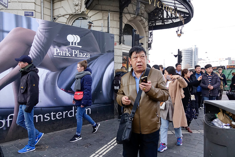 Nederland, Amsterdam, 26-03-18, Een groep Aziatische toeristen bij steken de straat over bij het Victoriahotel, . foto: Katrien Mulder/Hollandse Hoogte