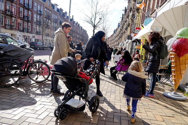 Nederland, Amsterdam; 29-03-2018, moeders en kinderen in de Javastraat, Indische Buurt, foto: Katrien Mulder/Hollandse Hoogte