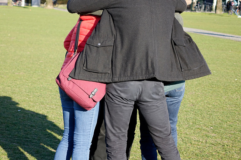 Nederland, Amsterdam; 29-03-2018, vier mensen knuffelen elkaar op het Museumplein, foto: Katrien Mulder/Hollandse Hoogte