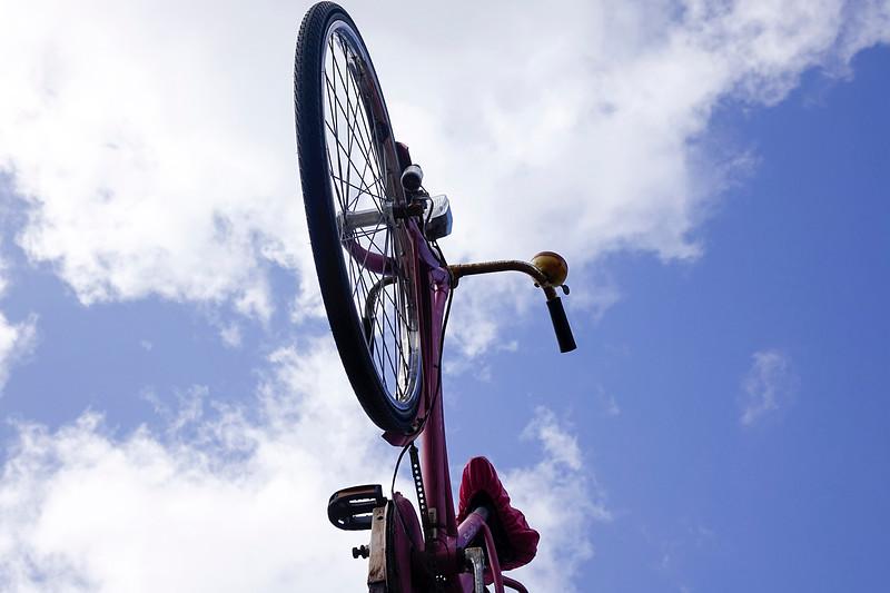 Nederland, Amsterrdam, 05-04-2018, een fiets aan de gevel van een rijwielzaak in de Watergraafsmeer, foto: Katrien Mulder/Hollandse Hoogte