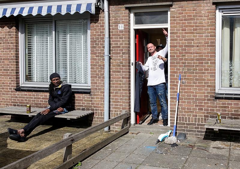 Nederland, Amsterrdam, 05-04-2018, Buren in de voortuintjes van de Rusthofstraat in de Watergraafsmeer, Amsteldorp, foto: Katrien Mulder/Hollandse Hoogte