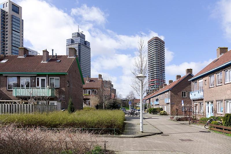 Nederland, Amsterrdam, 05-04-2018, Lage oudbouw en nieuwe hoogbouw in de omgeving van het Amstelstation. Achter de laagbouw staan het gloednieuwe torenhoge Meininger Hotel en de Rembrandttorenfoto: Katrien Mulder/Hollandse Hoogte