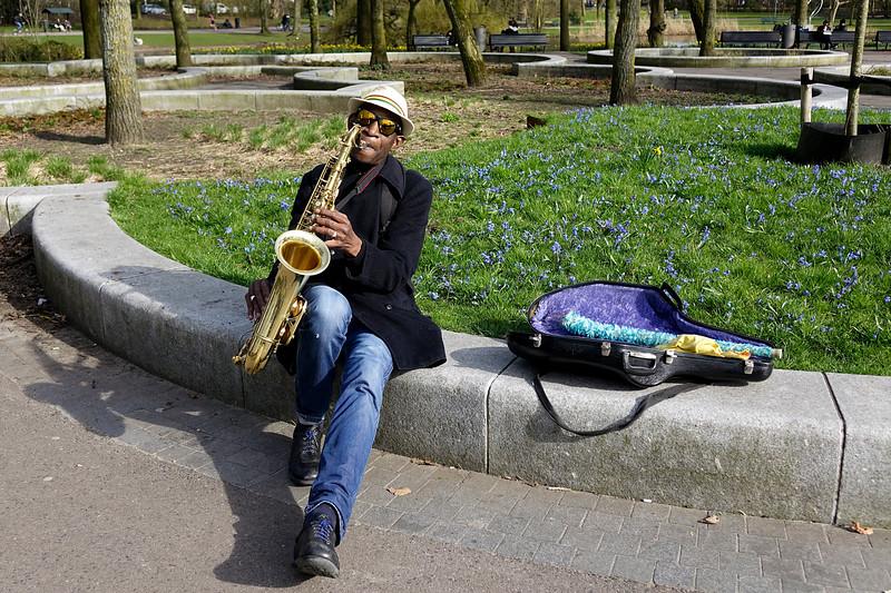 Nederland, Amsterdam, 04-06-2018,  Surinaamse man speelt saxofoon in het Oosterpark, foto: Katrien Mulder/Hollandse Hoogte