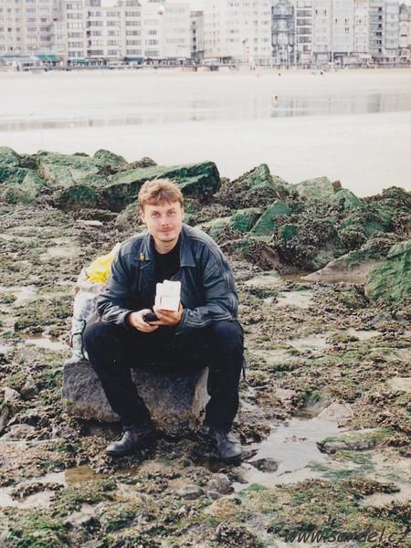 Oostende. Sedím na pobřeží při odlivu, píši pozdravné SMS domů a cpu se čtvrt kilem pravých belgických pralinek (v přepočtu za několik set korun; brrr, v Belgii ceny značně připomínaly drahotu!)