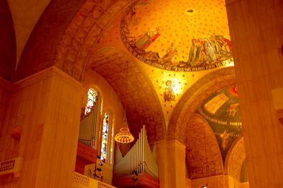Basillica Art, Arches and pipe organ