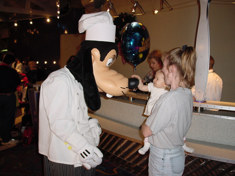 CM - Madison, Cathy & Goofy at Chef Mickey's 11-30-01