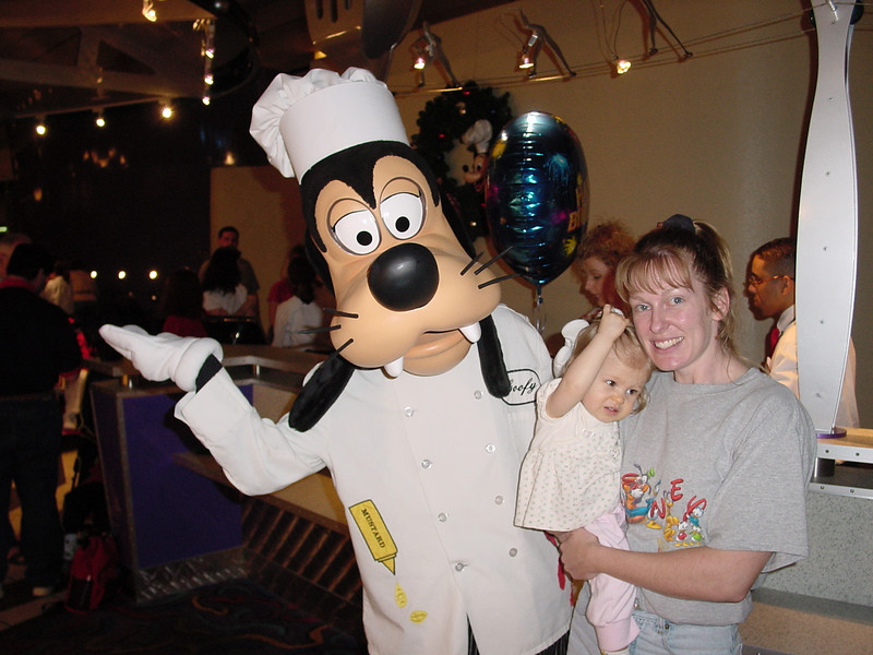 CM - Madison, Cathy & Goofy at Chef Mickey's 2 11-30-01