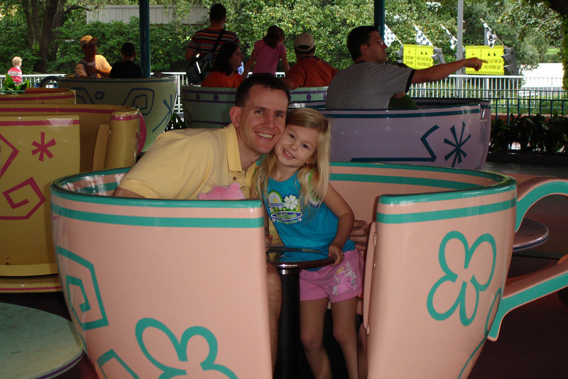 MK - Daddy and Madison on Tea Cups 12-9-05