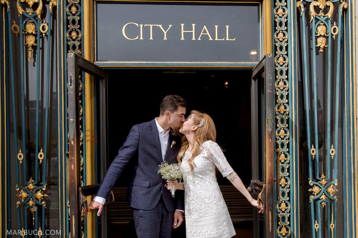 354-san-francisco-city-hall-wedding-first-kiss
