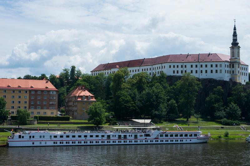 Děčín Castle peers down on the Fontane.