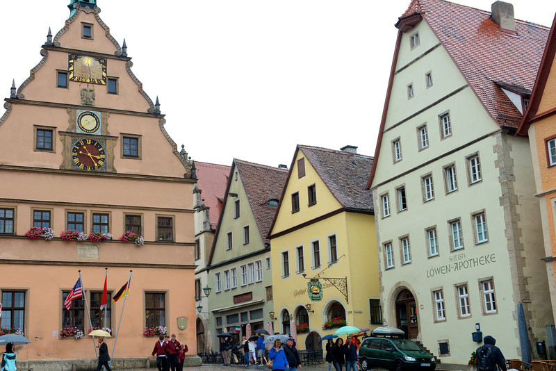 Marktplatz, Rothenburg. The structure on the left with the clock is the Ratsherrentrinkstube (City Councilors' Tavern).