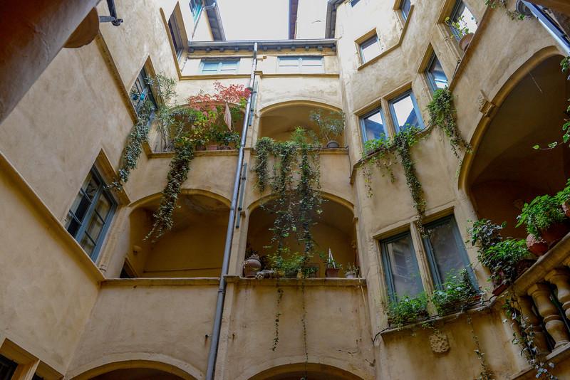 Cour intérieure (courtyard).