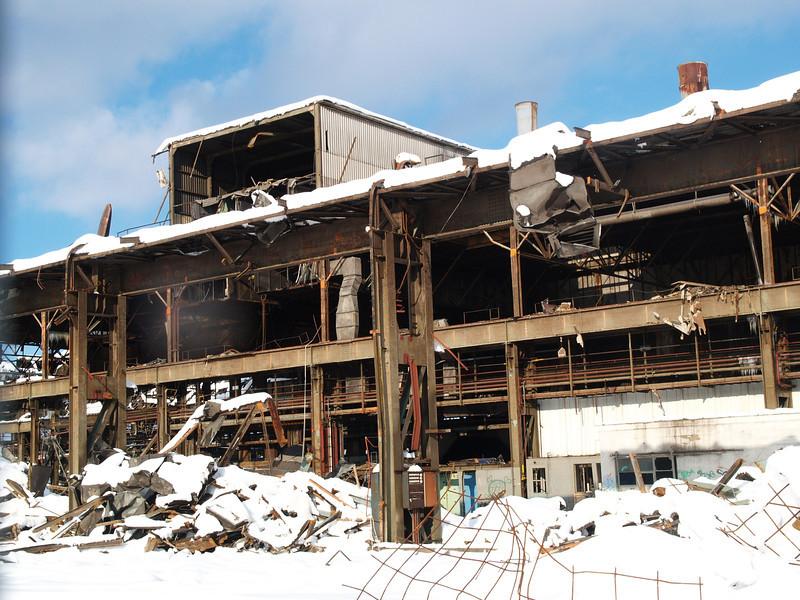...es war einmal<br /> eine Grossgiesserei, eines der grössten Gebäude der Schweiz mit einem Grundriss von 219x148 m; hier in der Rückbau/Abbriss-Phase, heute Teil von Neuhegi