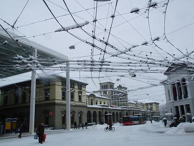 Bahnhofplatz - der Himmel zwar nicht voller Geigen, aber zumindeset voller Bus-Oberleitungen mit Schneekronen