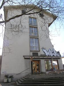 """Winterthur 24.11.04 - Abbruchmaschinen haben mit dem """"Anknabbern""""  vollendete Tatsachen geschaffen - das Volkshaus kurz vor seiner endgültigen Zerstörung.."""