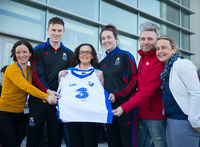 20/01/2017.  Waterford Institute of Technology (WIT) open day at WIT Arena. Pictured are from left, Olive O'Connor WIT, Hurler Austin Gleeson, WIT Student, Aimee Phelan of Mercy Secondary School Waterford and winner of a signed jersey, Denise Gaule camogie player and WIT Student, Darren Rice of Beat FM and Lizzy Kent of WIT. Picture: Patrick Browne