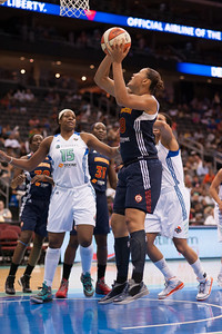 Connecticut's MISTIE MIMS (8) goes up for a layup against the New York Liberty.