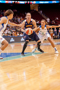 Connecticut's KARA LAWSON is defended by NICOLE POWELL and LEILANI MITCHELL (5).