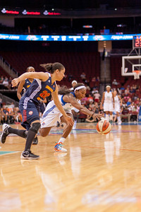 New York's CAPPIE PONDEXTER (23) and Connecticut's KARA LAWSON (20) scramble for a lose ball.