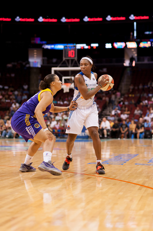 Former Rutgers University stars face off as Los Angeles' APRIL SYKES  looks to defend New York's Cappie Pondexter.