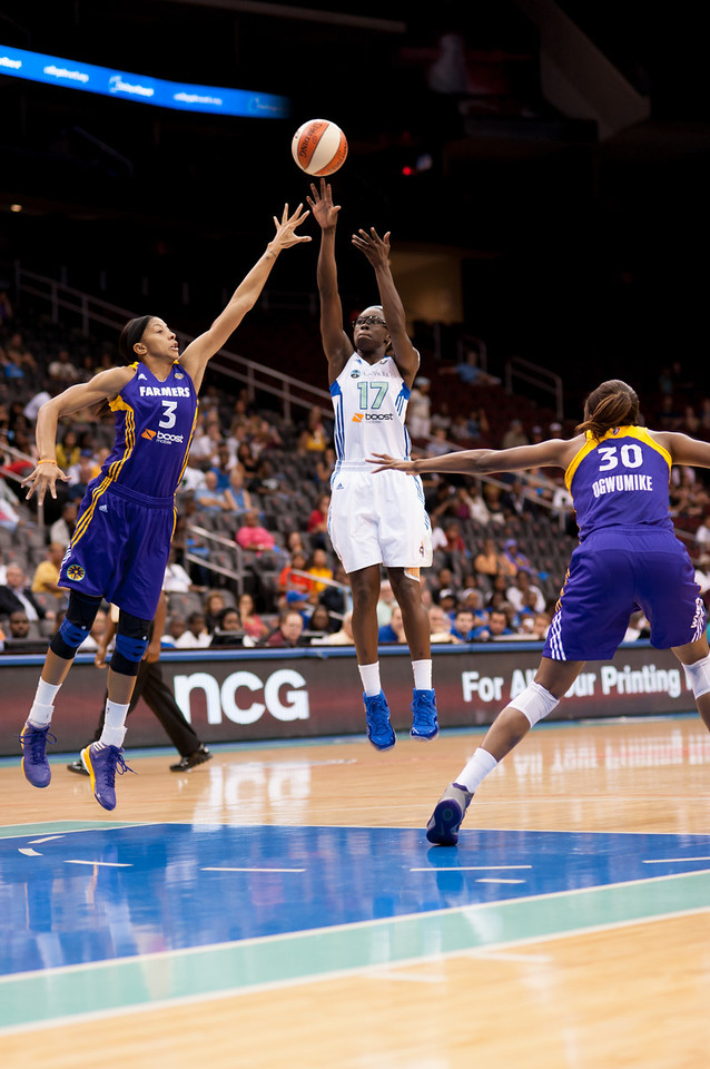 New York's ESSENCE CARSON (17) pulls a shot over Los Angeles' CANDACE PARKER (3).