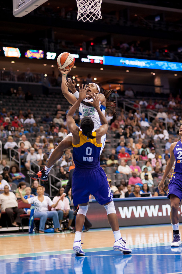 New York's CAPPIE PONDEXTER (23) charges Los Angeles' ALANA BEARD (0).