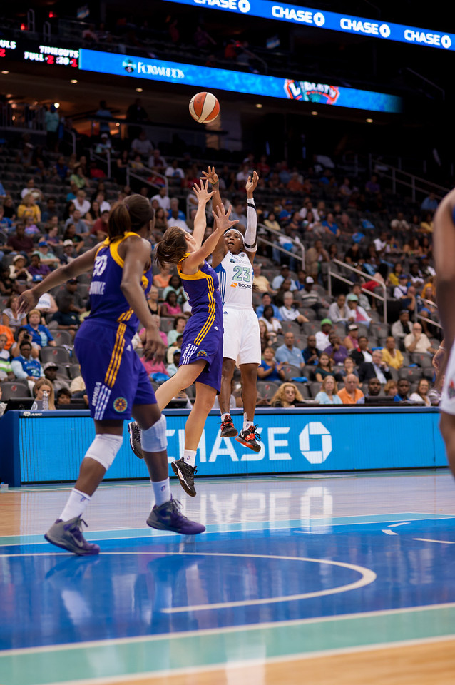New York's CAPPIE PONDEXTER (23) pulls a jump shot over Los Angeles' JENNA O'HEA.