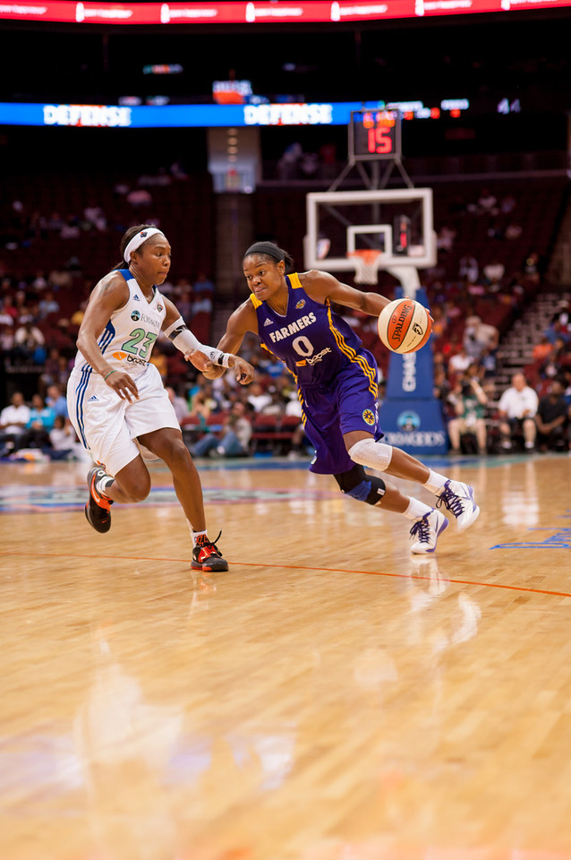 New York's CAPPIE PONDEXTER (23) defends a drive by Los Angeles' ALANA BEARD (0).
