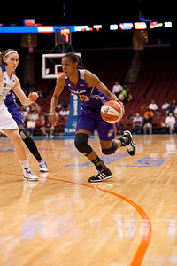 Phoenix's BRIANA GILBREATH (15) looks to drive to the basket against New York's KATELYN REDMON (30).