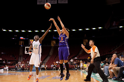 Phoenix's DIANA TAURASI (3)  pulls a jump shot over New York's ESSENCE CARSON (17).