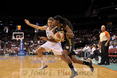 Tulsa's RONEEKA HODGES drives past New York's NICOLE POWELL (14).