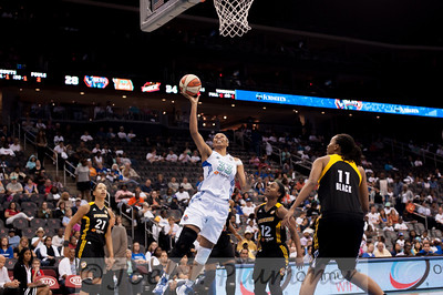 New York's PLENETTE PIERSON (33) drives to the hoop past the Tulsa Shock defense.