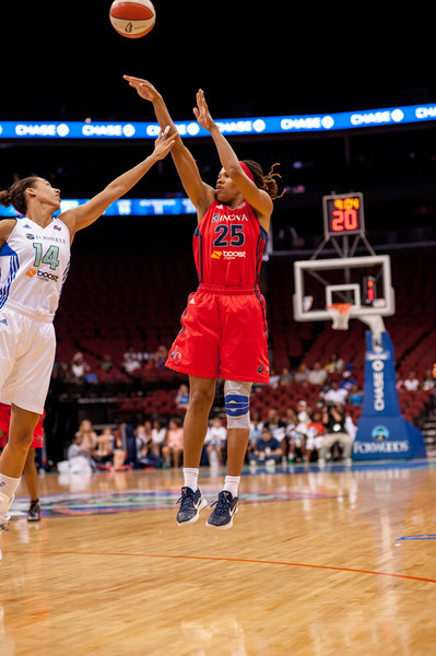 Washington's MONIQUE CURRIE (25) shoots over New York's NICOLE POWELL (14).