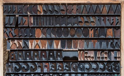 "3-cicero Etna wood type, by Xilografia Meneghello e Belluzzo in Legnago (1930s). This series echoes futuristic motives and the genius of Fortunato Depero. © Photos Ottavio Atti - Archive of Styles®   Questa serie, che riecheggia motivi futuristi e il genio di Fortunato Depero, è opera della Xilografia Meneghello e Belluzzo di Legnago, che la mise in commercio negli anni Trenta denominandola ""Etna"". © Photos Ottavio Atti – Archivio degli Stili®"