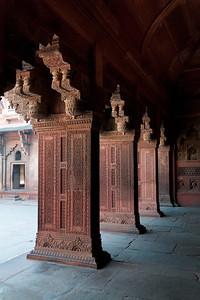 Pierres et colonnes finement sculptées dans le grès rouge du fort d'Agra.