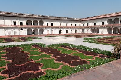 l'Anguri Bagh ou « jardin des Raisins » du Fort Rouge d'Agra, dont le voyageur français Jean-Baptiste Tavernier (1643) décrivit « deux ou trois ceps d'or avec leurs feuilles, des émeraudes et des rubis faisant des grappes », qui furent sans doute pillé depuis ! 85 m2 tout en géométrie d'inspiration Chahar bagh qui est un style de jardin persan. Chāhār veut dire 'quatre' et bāgh 'jardin'. Ce style de jardin, enclos de murs, est souvent associé au paradis décrit dans le Coran.