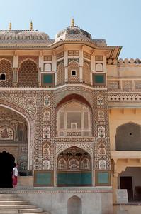 La Ganesh Pol : porte de cérémonie conduisant aux dédales de palais et jardins qui donne sur les quartiers privés des souverains (ceux aménagés par Jai Singh I).