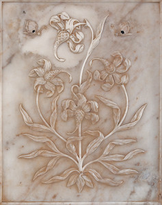 """""""Fleurs aux papillons"""". Détail d'une sculpture sur marbre blanc sur un mur du Diwan-i-Khas, également appelé Shish Mahal, ce qui signifie littéralement """"palais des glaces"""". C'est un palais aux murs couverts d'une mosaïque de miroirs."""