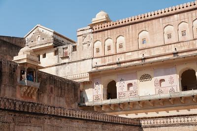 Cour intérieure au Fort d'Amber, siège originel du pouvoir royal et un des plus beaux édifices du Rajasthan. La forteresse d'Amber, depuis le 12e siècle, était la citadelle des Kachwahas et est restée leur capitale jusqu'à ce que le maharaja Sawai Jai Singh II la transfère à Jaipur. L'influence moghole est évidente dans les pavillons ouverts et les jardins emménagés avec canaux et fontaines. Les cours sont entourées de luxueux palais, de halls d'audience et d'appartements.