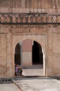 Détail d'une porte d'accès entre cours intérieures au Fort d'Amber, siège originel du pouvoir royal et un des plus beaux édifices du Rajasthan. La forteresse d'Amber, depuis le 12e siècle, était la citadelle des Kachwahas et est restée leur capitale jusqu'à ce que le maharaja Sawai Jai Singh II la transfère à Jaipur. L'influence moghole est évidente dans les pavillons ouverts et les jardins emménagés avec canaux et fontaines. Les cours sont entourées de luxueux palais, de halls d'audience et d'appartements.