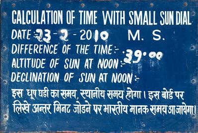Plaque émaillée (instrument : Samrat Yantra) au Jangar Mantar : observatoire de Sawai Jai singh II grand érudit en astronomie et mathématique qui avait déjà construit des observatoires à Delhi, Mathura et Varanesi (Bénares). Peu satisfait des instruments en cuivre, Jai Singh II, à Jaipur, les construit (entre 1728 et 1734) en marbre et en pierre. Ils seront plus précis, et fournissent des méthodes et des mesures (toujours aussi précises de nos jours) pour étudier les mouvements du soleil, de la lune et des planètes, tout en étant d'une beauté abstraite et futuriste. Tous ces instruments dont les noms et les fonctions nous dépassent sont en parfait état de conservation. Ici on détermine l'heure exacte à Jaipur en fonction de l'altitude du soleil puis la déclinaison et la longueur du jour… à midi.