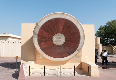 Instrument du Jangar Mantar (ici le double cadran incliné avec vue pour la lecture côté hiver): observatoire de Sawai Jai singh II grand érudit en astronomie et mathématique qui avait déjà construit des observatoires à Delhi, Mathura et Varanesi (Bénares). Peu satisfait des instruments en cuivre, Jai Singh II, à Jaipur, les construit (entre 1728 et 1734) en marbre et en pierre. Ils seront plus précis, et fournissent des méthodes et des mesures (toujours aussi précises de nos jours) pour étudier les mouvements du soleil, de la lune et des planètes, tout en étant d'une beauté abstraite et futuriste. Tous ces instruments dont les noms et les fonctions nous dépassent sont en parfait état de conservation. On peut citer le Samrat Yantra qui mesure l'heure solaire à Jaipur, le Jai Yantra qui mesure la rotation du soleil, le Ram Yantra qui mesure la distance zénithale et l'altitude du soleil et enfin le Yantra Raj, le plus grand astrolabe du monde, énorme disque de cuivre de 2 m de diamètre qui permet de déterminer les dates de fêtes religieuses selon le calendrier hindou. A voir aussi un gigantesque cadran solaire et douze plus petits, un par signe du zodiaque.
