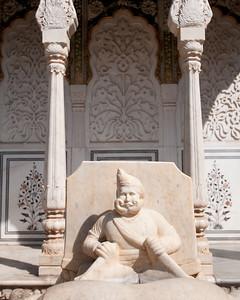 Détail d'un des 2 éléphants en marbre blanc situés à la porte d'entrée du Sarhad Ki Deorhi dans la cour du City Palace de Jaipur.