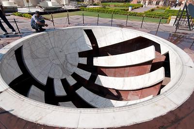 Instrument du Jangar Mantar (ici le Jai prakash Yantra qui mesure la rotation du soleil): observatoire de Sawai Jai singh II grand érudit en astronomie et mathématique qui avait déjà construit des observatoires à Delhi, Mathura et Varanesi (Bénares). Peu satisfait des instruments en cuivre, Jai Singh II, à Jaipur, les construit (entre 1728 et 1734) en marbre et en pierre. Ils seront plus précis, et fournissent des méthodes et des mesures (toujours aussi précises de nos jours) pour étudier les mouvements du soleil, de la lune et des planètes, tout en étant d'une beauté abstraite et futuriste. Sur cette photo, l'ombre portée du soleil dans la demi-sphère céleste indique le signe zodiacal traversé au moment de l'observation. Cette demi-sphère est graduée et renseignée de la position des constellations au cours de l'année. Par commodité et pour la précision, des allées sont aménagées pour la lecture. De fait, ceux sont 2 demi-sphères sur le site qui assurent les 360° de lecture complète.